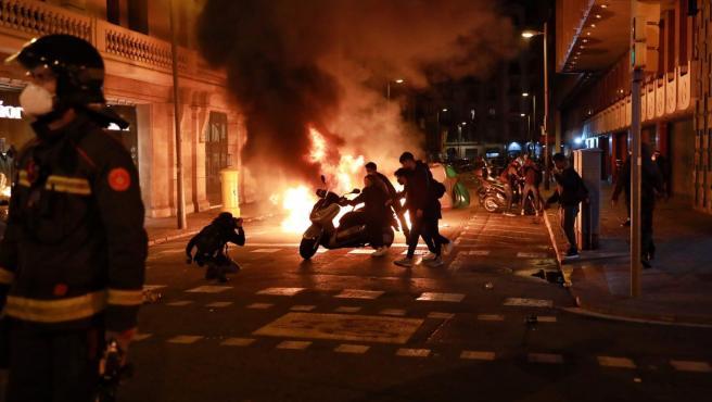 Contenedores incendiados en la protesta en Barcelona contra la detención de Pablo Hasel.
