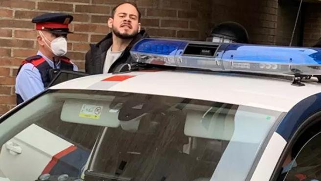 Pablo Hasel es introducido en un coche de los Mossos tras ser detenido.