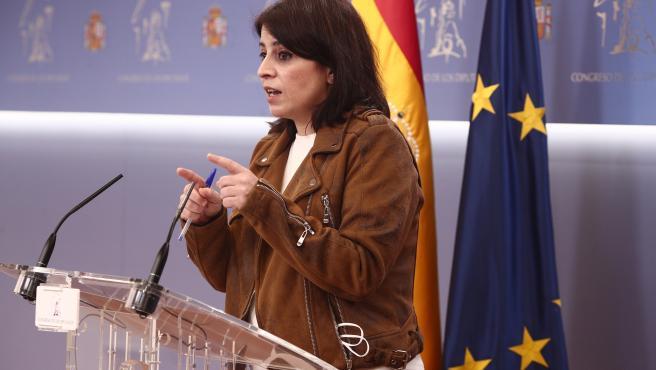 La portavoz parlamentaria del PSOE, Adriana Lastra, responde en una rueda de prensa posterior a una reunión de la Junta de Portavoces en el Congreso de los Diputados, en Madrid (España), a 16 de febrero de 2021.