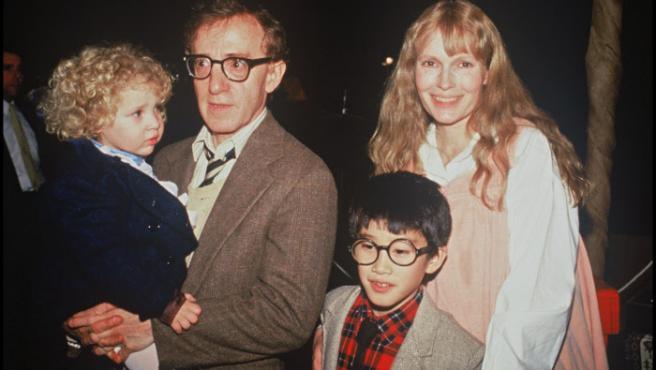 Mia Farrow y Woody Allen con sus hijos Dylan y Moses