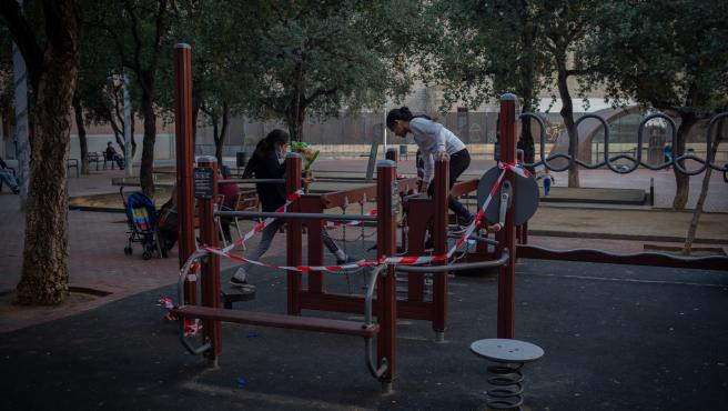 Niños juegan en un parque de Barcelona, Catalunya (España), a 16 de octubre de 2020.