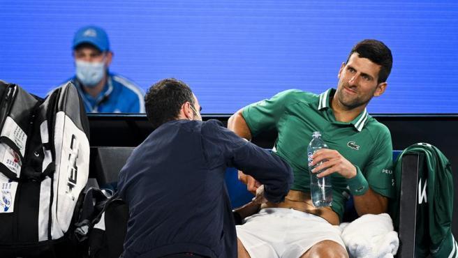 Novak Djokovic es atendido por los médicos del Open de Australia.