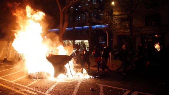 Varios manifestantes queman contenedores durante la manifestación en apoyo a Pablo Hasel en Barcelona.