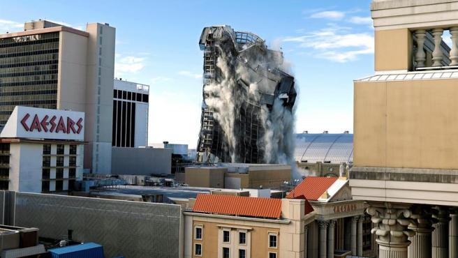 Instante de la demolición del edificio de Trump.
