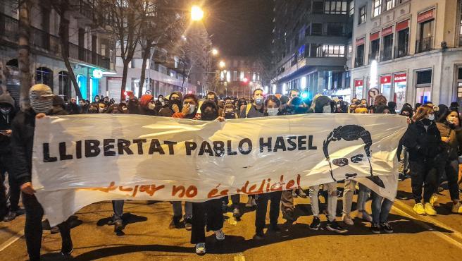 Sucesos.- Centenares de personas se manifiestan en Girona en protesta contra la prisión a Hasél