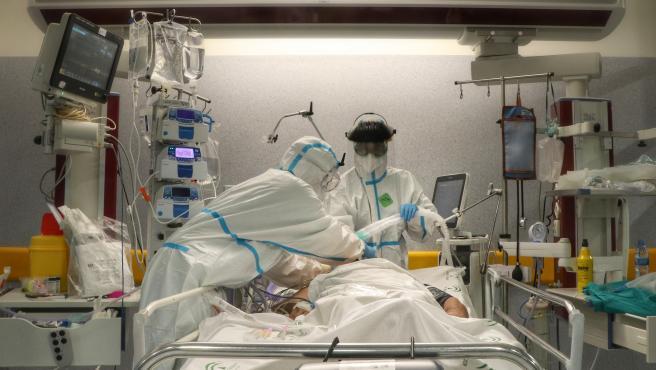 Facultativos atienden a un paciente con Covid-19 en la UCI del Hospital Reina Sofía de Córdoba.