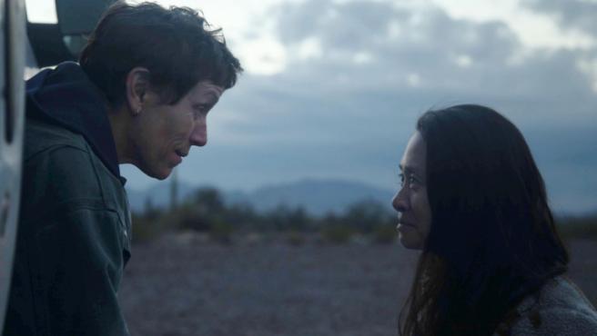 Frances McDormand junto a Chloé Zhao en el rodaje de 'Nomadland'