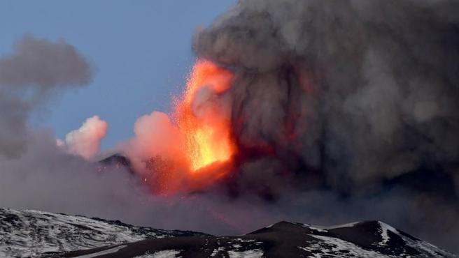 El volcán Etna, ubicado en Sicilia, ha entrado en erupción y ha provocado una densa columna de lava y ceniza en las primeras horas de este jueves, 30 horas después de su última erupción. Las fuentes de lava han alcanzado entre 600 y 700 metros de altitud y los flujos de lava del volcán se han dirigido principalmente hacia el Valle del Bove y hacia el suroeste. La erupción, como en la mayoría de los eventos protagonizados por el Etna, ha durado unos 45 minutos, según la información recogida por la prensa italiana. El volcán activo más alto de Europa comenzó sus primeras erupciones en la tarde del pasado martes. Poco a poco fueron incrementando su intensidad y comenzaron las emisiones de lava, cenizas y expulsión de lapilli, que son unos fragmentos de piedra que llegaron a los pueblos cercanos y a la ciudad de Catania.