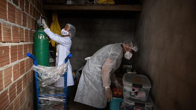 Trabajadores sanitarios indígenas acondicionan un hospital de campaña para pacientes indígenas con COVID-19 en Parque das Tribus, el único barrio indígena en Manaos, en Amazonas (Brasil).
