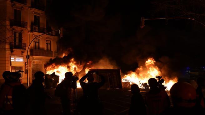 Quema de contenedores en Barcelona durante las protestas por el encarcelamiento de Pablo Hasel.