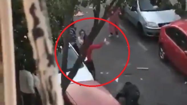 Un hombre de 50 años ha muerto este jueves en Sevilla tras recibir al menos una puñalada durante una reyerta entre varias personas en la calle Mejillón, en el barrio de San Jerónimo de la capital andaluza.