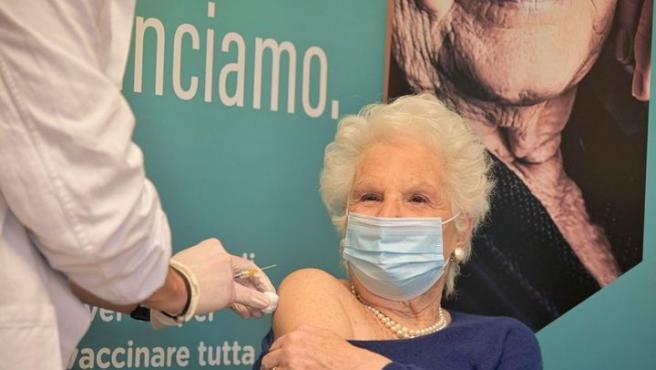 Liliana Segre recibiendo la vacuna contra el coronavirus.