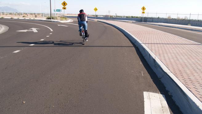 Los ciclistas siempre tienen prioridad en las rotondas.