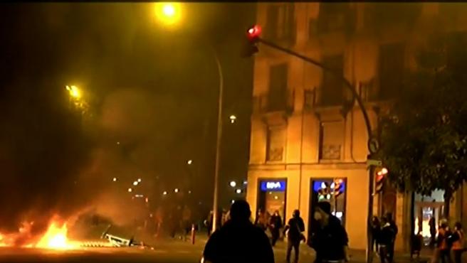 Una columna de humo gigantesca entra en las casas cercanas por los disturbios en Barcelona.