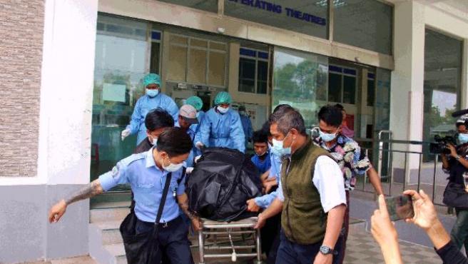Personas del hospital traslada el cuerpo de la joven Mya Thwe Thwe Khine, de 20 años, al tanatorio.