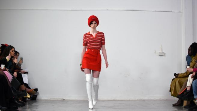 Una modelo desfila en la London Fashion Week 2020.