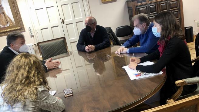 Reunión entre el Ayuntamiento de Cuenca, Darío Dolz, y el nuevo presidente de Cáritas, Pedro Bordallo