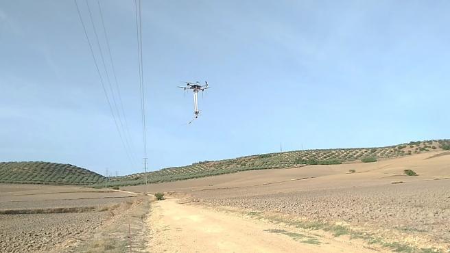 Los drones pueden aterrizar automáticamente, incluso sobre cables, y manipular con brazos robóticos.