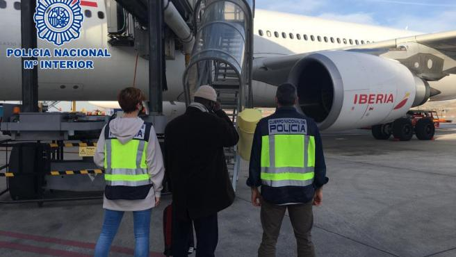 La Policía Nacional acompañando al Imán al avión.