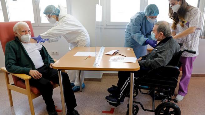 El Ayuntamiento de Valencia ha comenzado en un Centro de Día la campaña de vacunación frente a la Covid-19 para personas mayores dependientes.