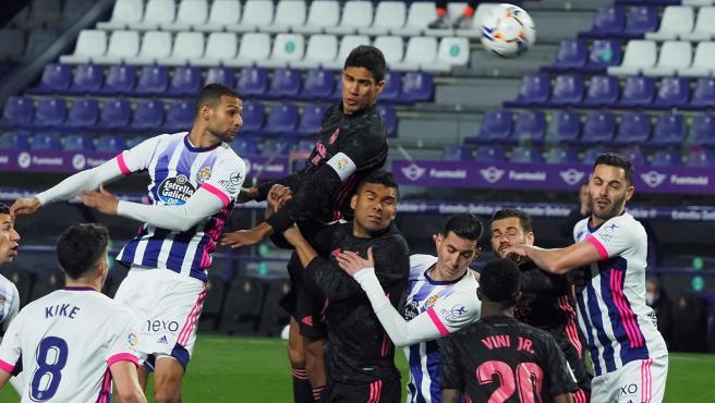 Varane cabecea un balón en el Valladolid-Real Madrid