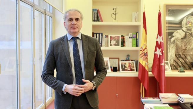 El consejero de Sanidad de la Comunidad de Madrid, Enrique Ruiz Escudero, fotografiado en su despacho.