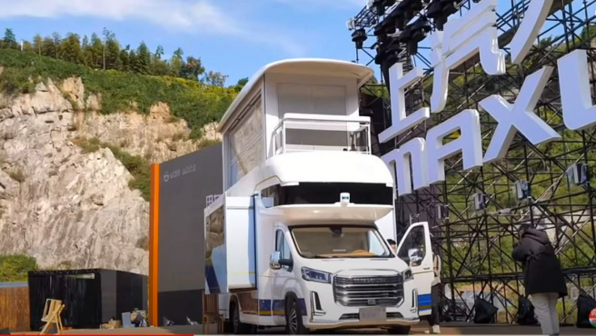 La autocaravana china Maxus Life Home V90 Villa Edition, con ascensor incluido.
