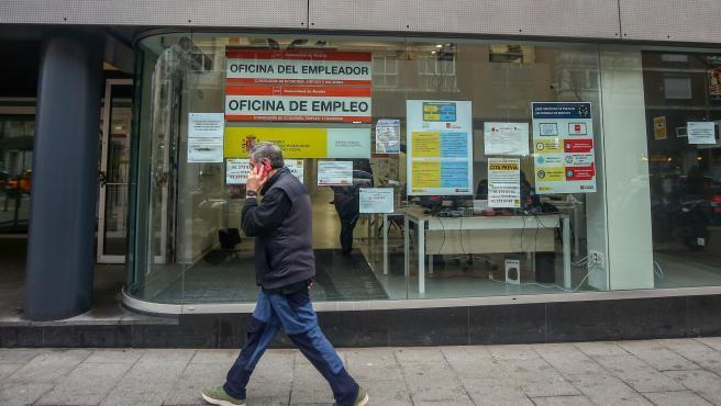 Una persona pasa por delante de una Oficina de Empleo.