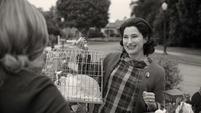 Agnes (Kathryn Hahn) con Scratchy