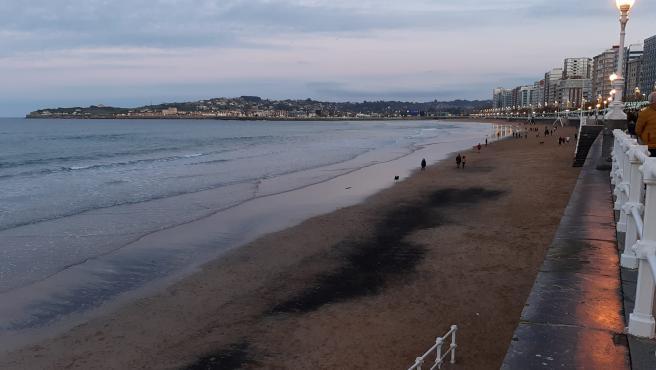 Archivo - Manchas de carbón aparecidas en la playa de San Lorenzo en diciembre de 2019