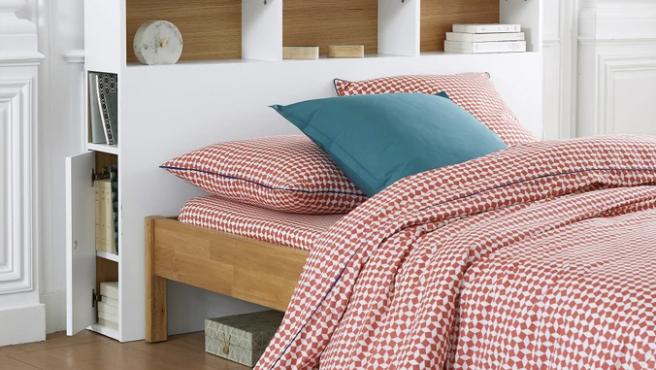 Cabecero de cama con almacenaje y estanterías.