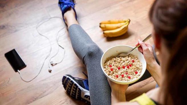 Comer adecuadamente antes y después de entrenar nos ayudará a conseguir nuestros objetivos deportivos.