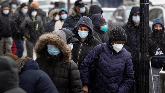 Personas afectadas por la crisis derivada de la pandemia de covid-19 esperan en un centro de distribución de alimentos en Queens, Nueva York (EE UU).