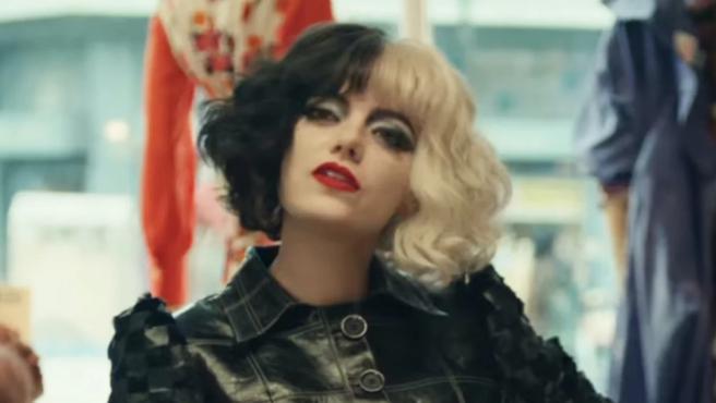 Emma Stone caracterizada como Cruella de Vil