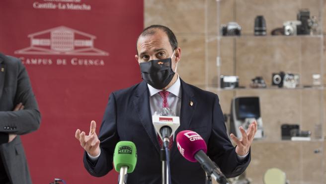 El presidente de las Cortes de Castilla-La Mancha, Pablo Bellido, visita el campus de la UCLM en Cuenca
