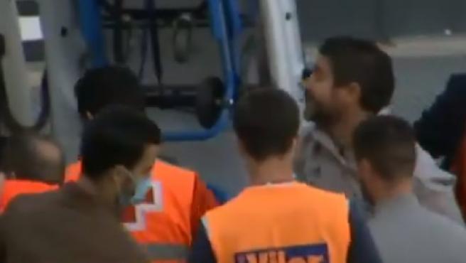 Fernando Estévez, entrenador del Badajoz, asegurándose de que todo está bien en la ambulancia.