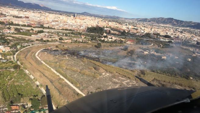 Efectivos del Plan Infomur extinguen el incendio de cañas y matorral declarado en Rincón de Seca