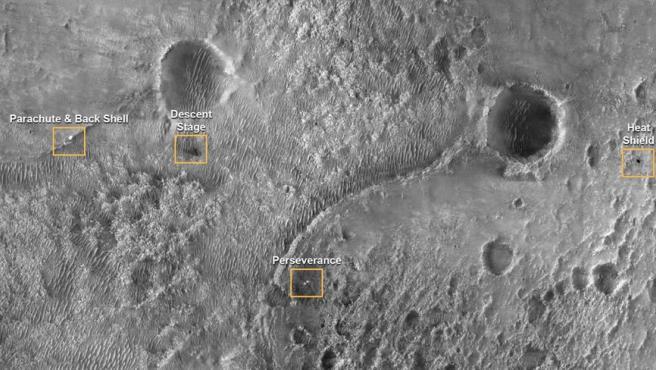 Una foto de un folleto facilitado por la NASA muestra la primera imagen del Perseverance en la superficie de Marte.
