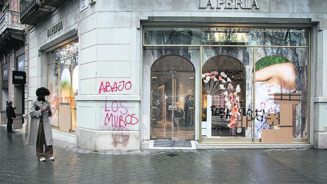 Pintadas en las paredes, mobiliario urbano deteriorado y escaparates rotos era la imagen ayer en el passeig de Gràcia.