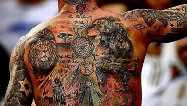 La espalda de Ramos, repleta de tatuajes.