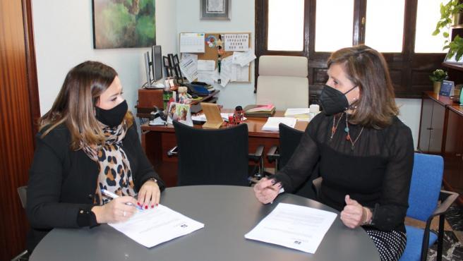 Reunión de la concejala de Deportes, Concepción Méndez, con la presidenta del Club Ciclista Aramo y directora general de la Vuelta Ciclista a Asturias, Cristina Álvarez Mendo.