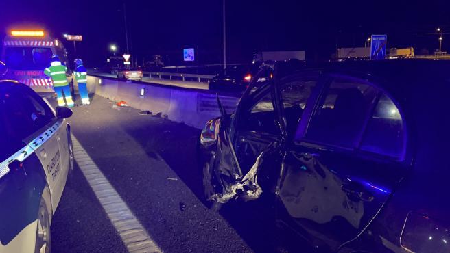 Un joven de 25 años ha resultado herido de carácter muy grave la noche de este lunes después de que un camión de gran tonelaje haya golpeado su vehículo cuando estaba parado en el arcén de la A-4, en la localidad madrileña de Aranjuez, debido a una avería.
