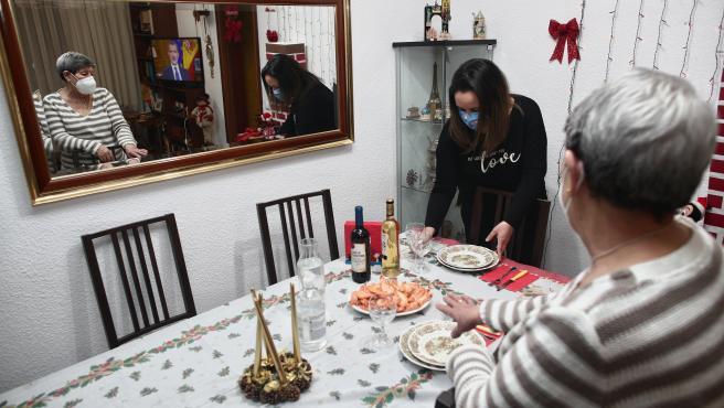 Archivo - Una mujer viuda y de riesgo, Carmina con su hija Patricia preparan la cena de Nochebuena durante la pandemia en Móstoles (Madrid), a 24 de diciembre de 2020. Los años anteriores, esta familia han pasado las c