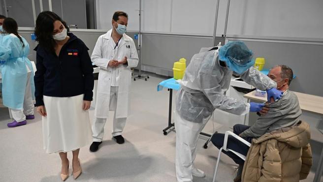 La presidenta de la Comunidad de Madrid, Isabel Díaz Ayuso (i), asiste al inicio del proceso de vacunación contra la covid-19 en el Hospital Enfermera Isabel Zendal.