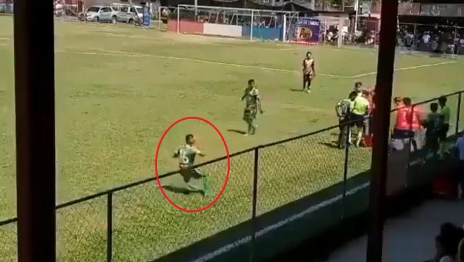 Un jugador finge haber recibido una pedrada lanzada desde la grada.