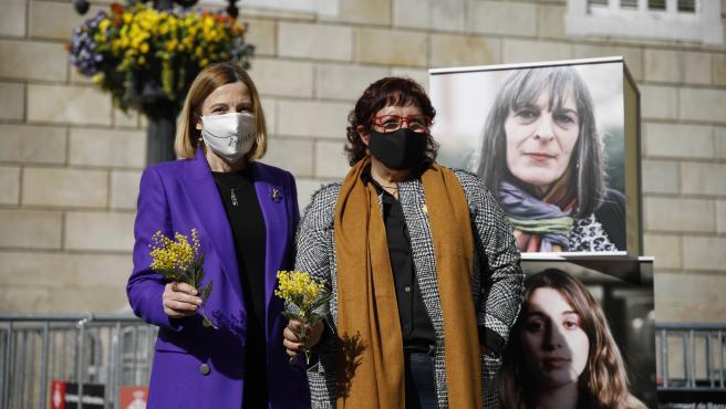 (I-D) La expresidenta del Parlament, Carme Forcadell, y la exconsellera Dolors Bassa, durante un acto electoral sobre feminismo en la plaza Sant Jaume de Barcelona, Catalunya (España) a 3 de febrero de 2021.