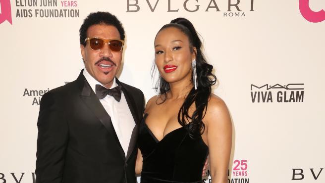 El cantante Lionel Richie y su pareja, la modelo Lisa Parigi.