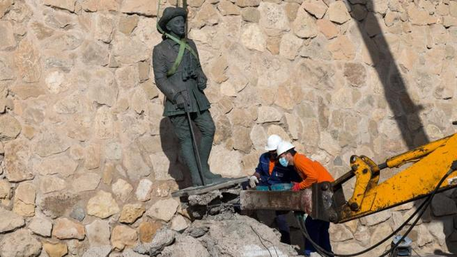 Operarios retirando le estatua de Franco este marte en Melilla.