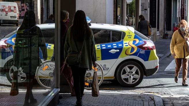 Un vehículo de la Policía Local patrulla por el centro de Sevilla.