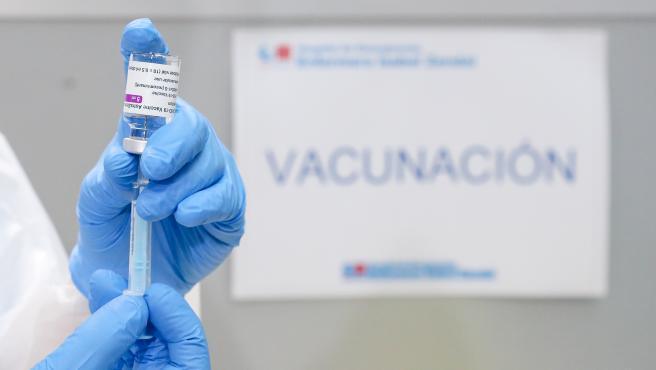 Un profesional sanitario sostiene un frasco con la vacuna contra el COVID-19 de AstraZeneca, en el Pabellón 3 del Hospital Público Enfermera Isabel Zendal, en Madrid, (España), a 23 de febrero de 2021.